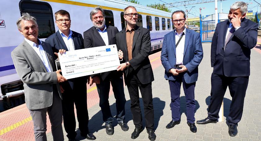 Wiadomości, Dyskusje pociągu pociągach - zdjęcie, fotografia