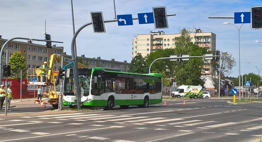 Motoryzacja, Policjanci poszukują świadków wypadku udziałem autobusu - zdjęcie, fotografia