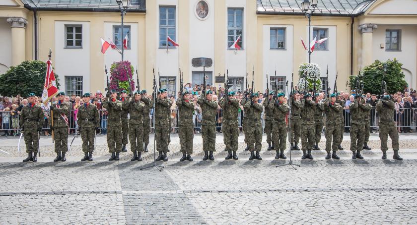 Wiadomości, chłopcy mundurach najlepsi Uczcijmy święto - zdjęcie, fotografia