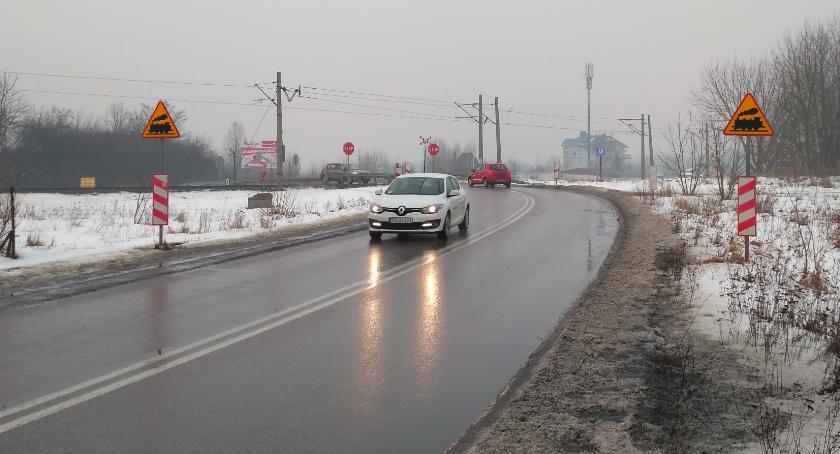 Motoryzacja, Samochodem płytach zamiast jezdni - zdjęcie, fotografia