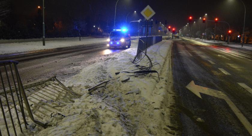 Motoryzacja, Pijany sztok chciał uciec przed policyjnym radiowozem - zdjęcie, fotografia