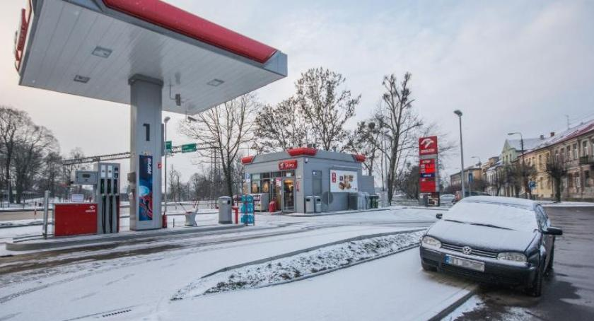 Motoryzacja, Wyraźne obniżki stacjach paliw - zdjęcie, fotografia