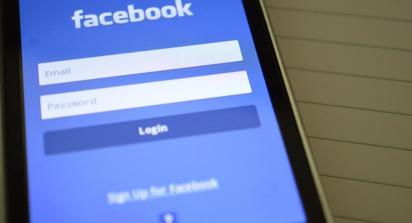 Gospodarka, Cyberbullying problem Polska firma pomóc Facebookowi - zdjęcie, fotografia