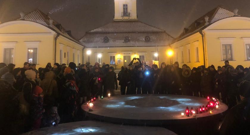 Wiadomości, Białostoczanie milczeniu uczcili pamięć prezydenta Adamowicza - zdjęcie, fotografia