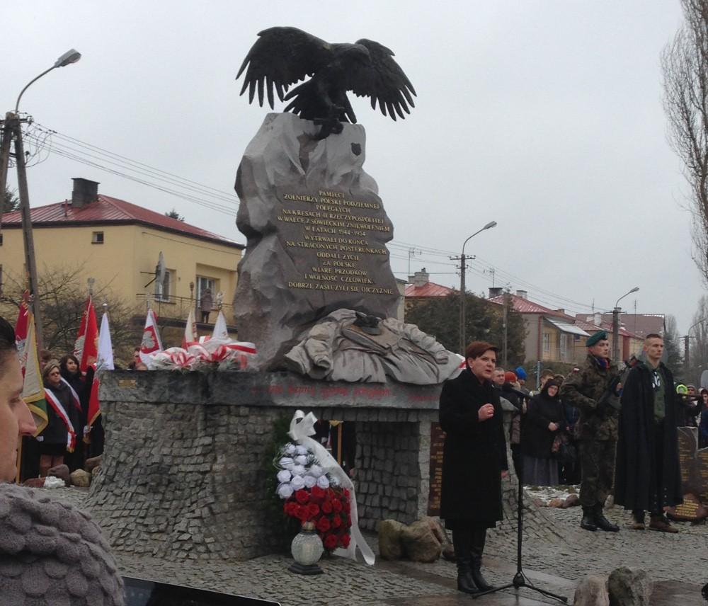 Wiadomości, Premier Beata Szydło uczciła pamięć Żołnierzy Wyklętych Augustowie - zdjęcie, fotografia