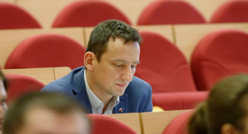 Wiadomości, Radny Maciej Biernacki najpierw stracił partię teraz pracę - zdjęcie, fotografia