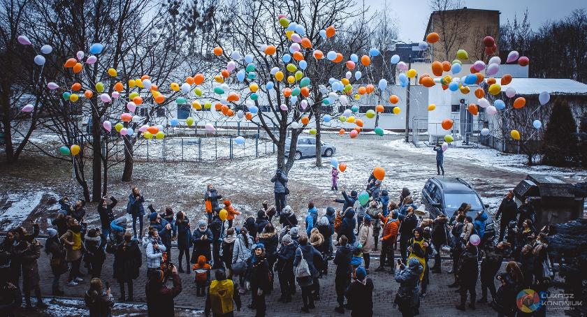 Styl życia, Setki balonów poszybuje dziś powietrze - zdjęcie, fotografia