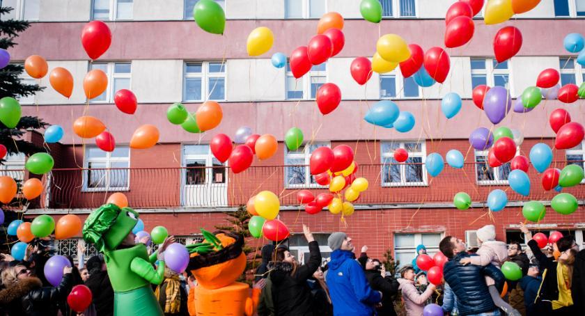 Styl życia, Setki balonów latało szpitalem - zdjęcie, fotografia