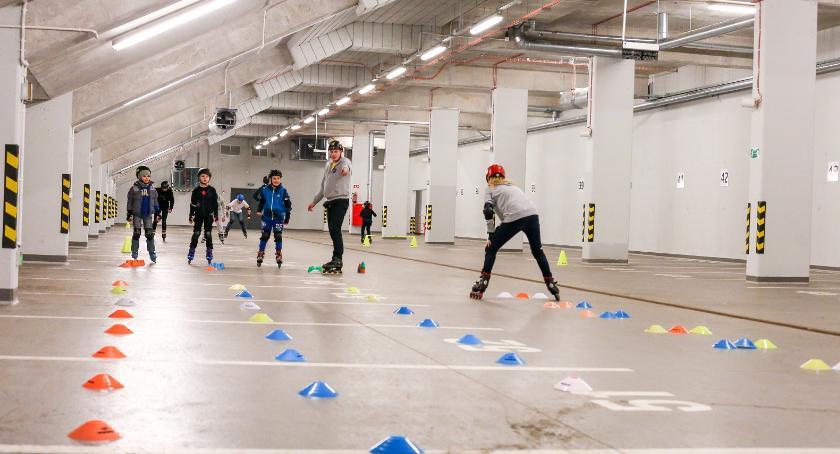 Sport, Smaruj wrotki turlaj rolki… parkingu stadionu miejskiego - zdjęcie, fotografia