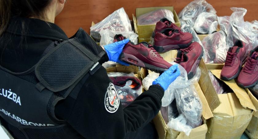 Wiadomości, Podrobione obuwie było ukryte przesyłkach kurierskich - zdjęcie, fotografia