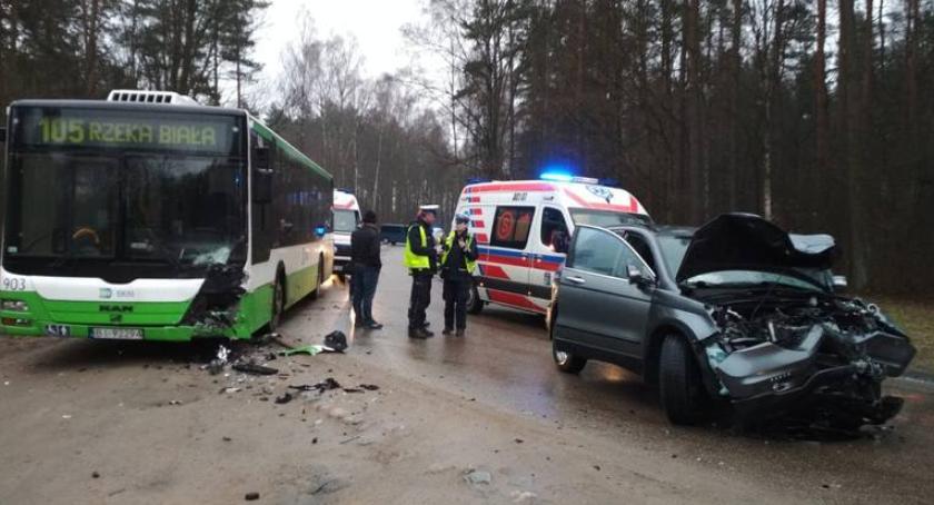 Wiadomości, Grabówka zderzenie samochodu osobowego autobusem - zdjęcie, fotografia