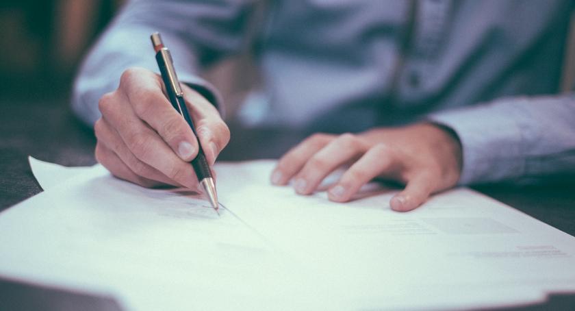 Wiadomości, Ludzie wciąż nieświadomi podpisują umowach - zdjęcie, fotografia