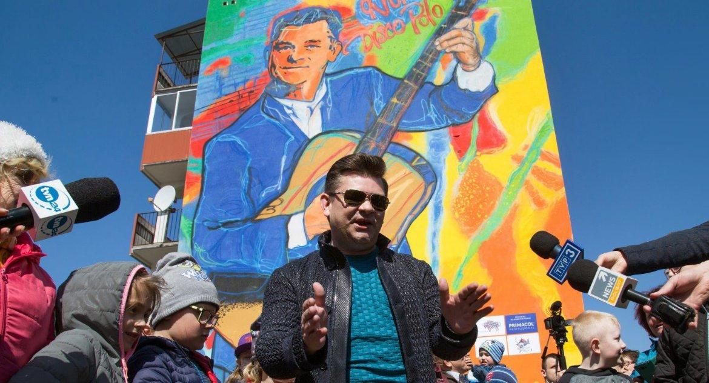 Wiadomości, Król disco zaakceptował mural swoim wizerunkiem - zdjęcie, fotografia