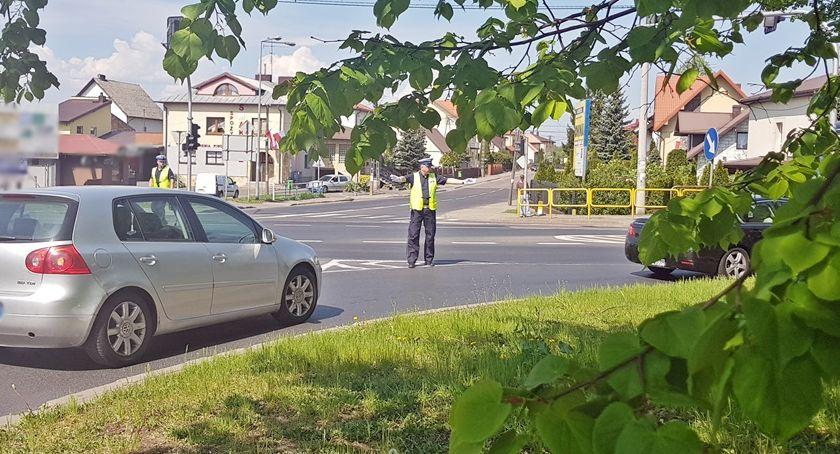 Motoryzacja, majówka Policjanci przypominają obecni drogach - zdjęcie, fotografia