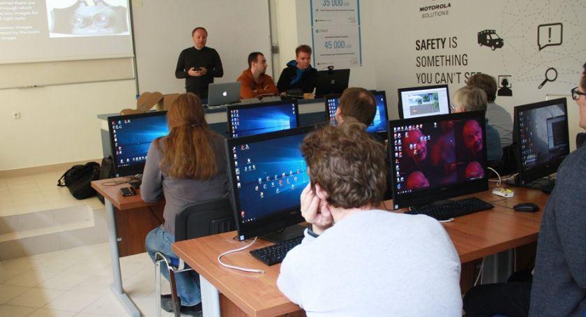 Wiadomości, kilku uczą nauczać robotyki - zdjęcie, fotografia