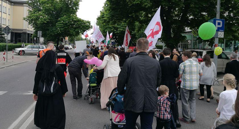 Wiadomości, OMZRiK znów pomawia razem rodziny dziećmi okazały faszystami rasistami - zdjęcie, fotografia