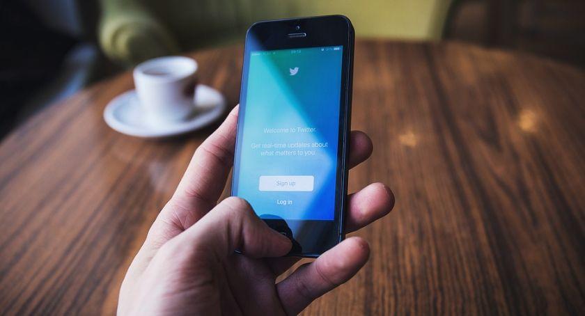 Felietony, Przeglądamy wieści Twittera chwilę dalszy ciąg programu - zdjęcie, fotografia