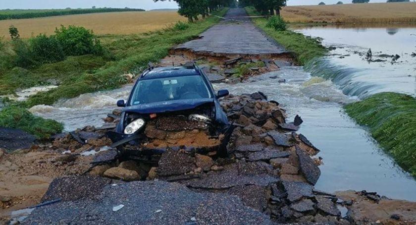 Wiadomości, Nocna nawałnica przerwała drogę zniszczeń wiele więcej czynienia klęską - zdjęcie, fotografia