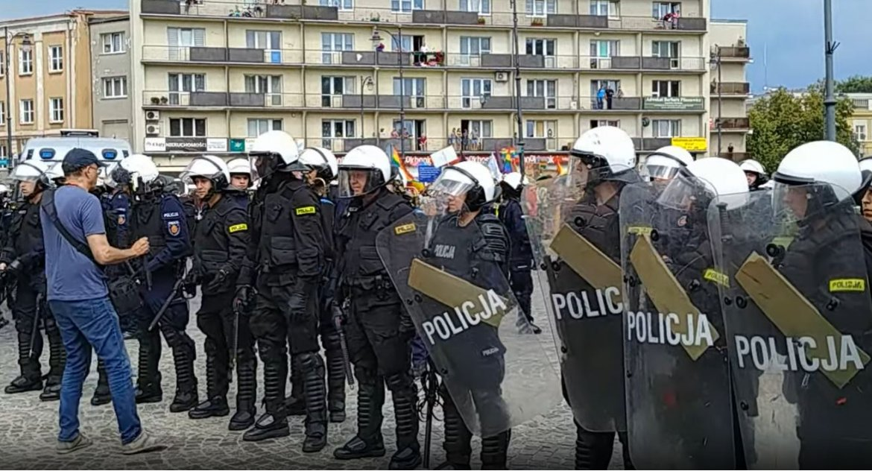 Wiadomości, Pozwy zawiadomienia prokuratury oświadczenia żądanie przeprosin mieście wciąż gorąco - zdjęcie, fotografia
