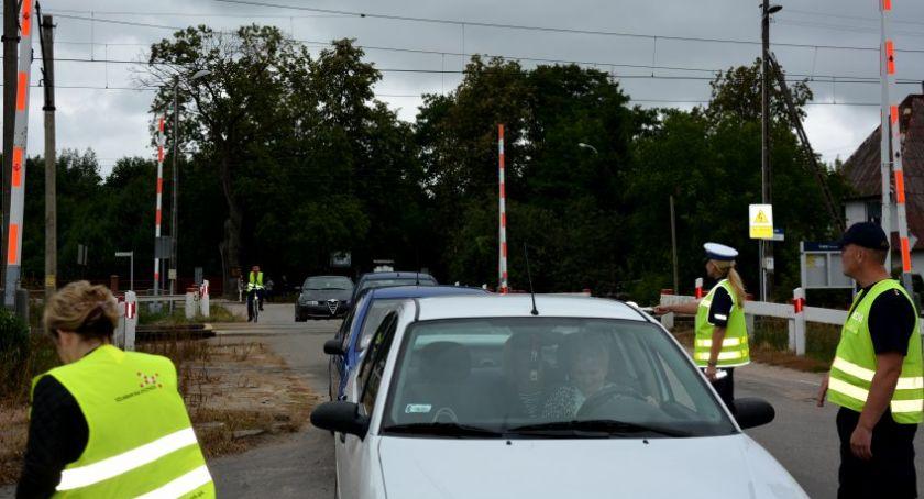 Motoryzacja, Policjanci prowadzili działania prewencyjne przejazdach kolejowych - zdjęcie, fotografia