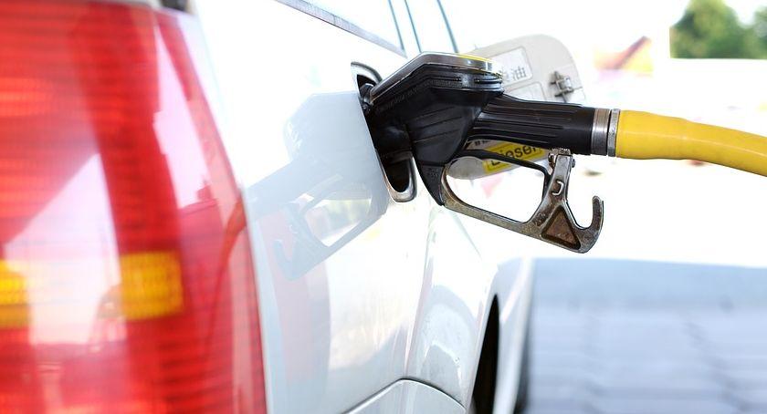 Motoryzacja, Drugi miesiąc wakacji znakiem droższego tankowania - zdjęcie, fotografia