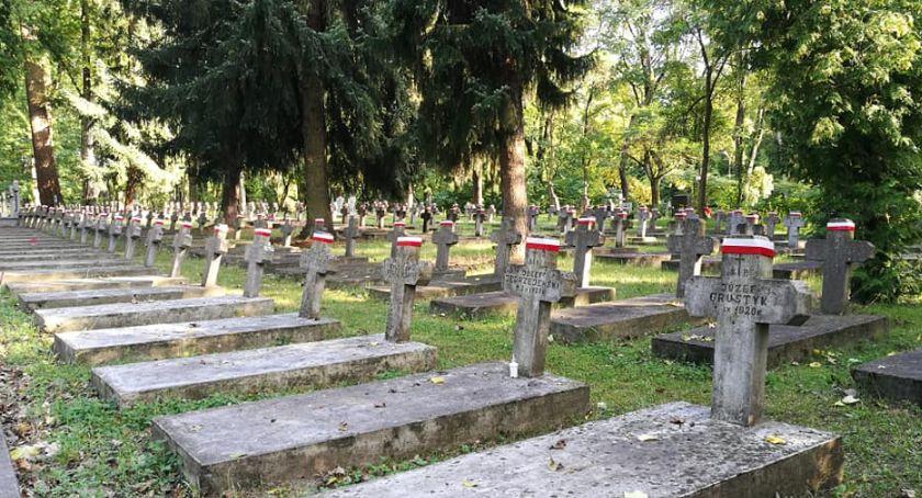 Wiadomości, cmentarzu wojskowym znów biało czerwono - zdjęcie, fotografia