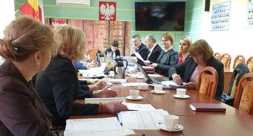 Wiadomości, Wojewoda przekazał środki których dofinansowane będą cztery pomocy społecznej - zdjęcie, fotografia