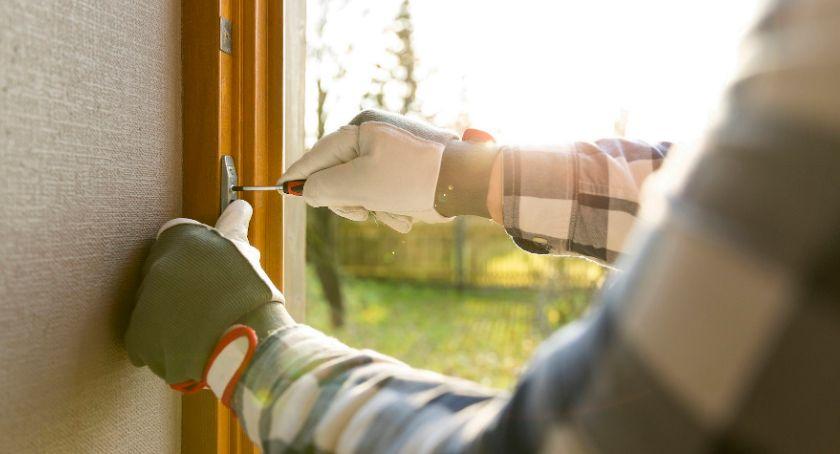 Styl życia, Zanim spadną śniegi ściśnie mróz sprawdź szczelność okien drzwi - zdjęcie, fotografia