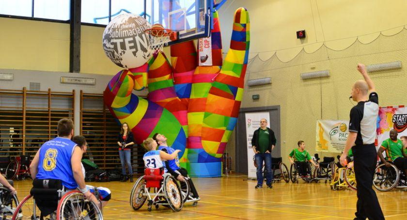 Sport, Koszykówka wózkach weekendowe wypełnione sportowymi emocjami - zdjęcie, fotografia