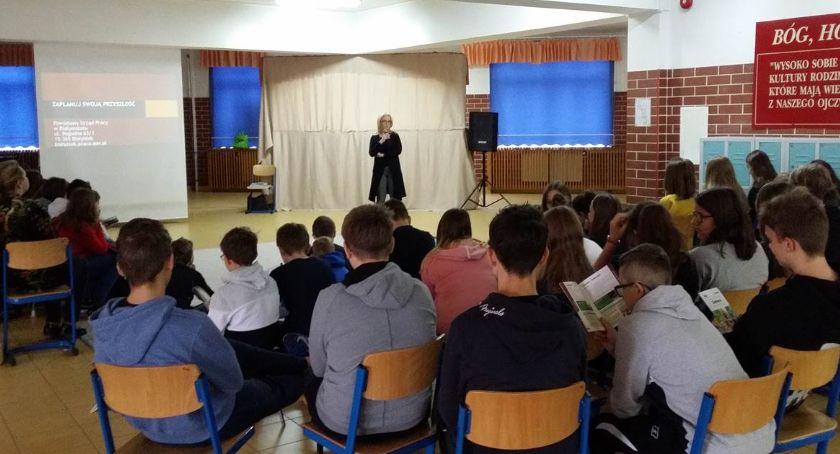 Wiadomości, szkół powiatu białostockiego docierają pracownicy urzędu pracy - zdjęcie, fotografia