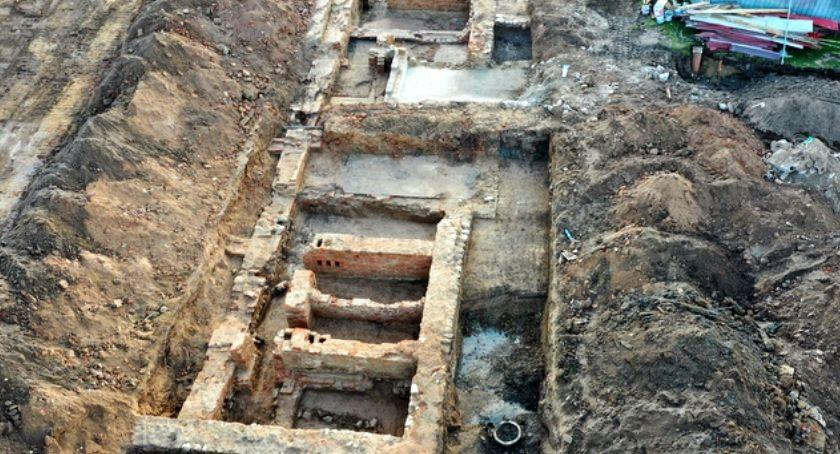 Wiadomości, Budowa boiska przyniosła nieoczekiwanie badania archeologiczne - zdjęcie, fotografia