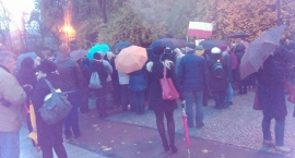 Czarny protest trzystu parasolek