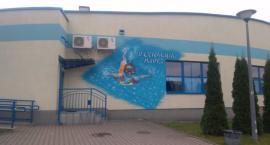 W Mońkach powstał pierwszy mural. Jest na budynku pływalni
