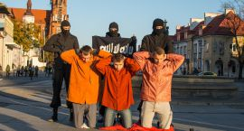 Młodzi przeciw imigrantom - w centrum miasta odegrali scenkę z egzekucji