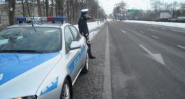 Policjanci sprawdzają autokary wiozące dzieci na ferie