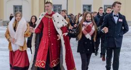 Poloneza po raz dziesiąty maturzyści tańczyli na śniegu i w śniegu