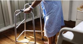Seniorzy dostaną opaski ratujące życie. Takie przydałyby się w Białymstoku