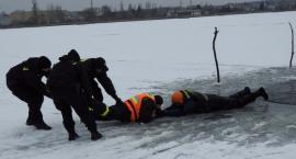 Policjanci ze strażakami i ratownikami ćwiczyli ratownictwo lodowe