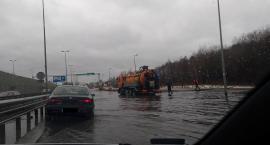 Uwaga! Ulica Kleeberga zalana, można uszkodzić auto [ZDJĘCIA]