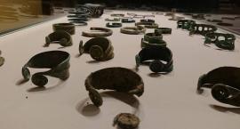 Celnicy zwrócili do muzeum skradzione stare monety i biżuterię