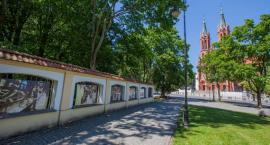 W Muzeum i na bramie ogrodzenia Parku Branickich pojawiła się wystawa