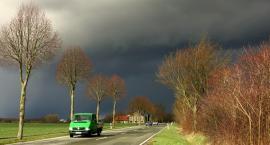 Jak zachować się w czasie burzy prowadząc auto