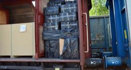 Pociągiem towarowym wśród płyt wiórowych podróżowały nielegalne papierosy