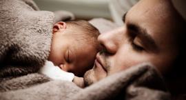 Świeżo upieczeni tatusiowie rzadko korzystają z urlopów rodzicielskich