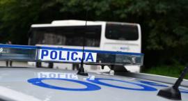 Policjanci kontrolują autobusy przewożące dzieci