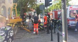 Dwaj mężczyźni trafili do szpitala. Są w stanie ciężkim po upadku z podnośnika