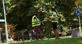 Rowerzyści zostali obdarowani kamizelkami przez straż miejską