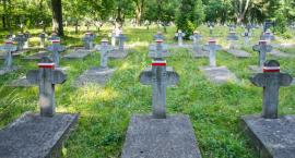 Groby żołnierzy zostały udekorowane. Pamiętajmy o naszych bohaterach