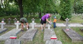 Groby żołnierzy były zapuszczone więc o cmentarz zadbali wolontariusze