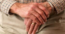 Osoby starsze nie mają opiekunów. Coraz więcej seniorów zostaje bez pomocy